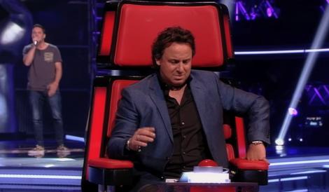 Marco Borsato kijkt alsof iemand te weinig AuoTune heeft gebruikt tijdens The Voice of Holland